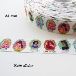 Ruban blanc Princesse dans médaillon fleuri de 22 mm