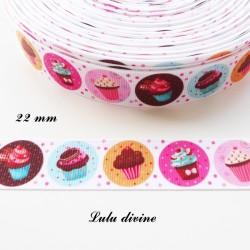 Ruban gros grain blanc à pois rose Gâteau Cupcake dans médaillon de 22 mm