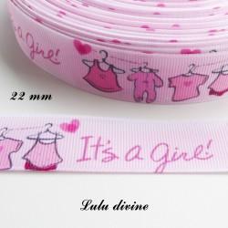 Ruban rose It's a girl (C'est une fille) vêtement sur cintre de 22 mm